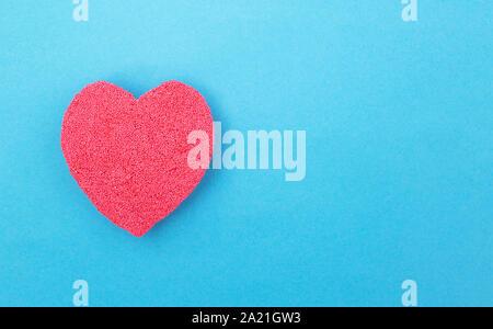 Cuore rosso su sfondo blu. Concetto di cuore umano malattia di cuore e chirurgia di bypass. Infarto del miocardio e angina pectoris, copia spazio, cuore