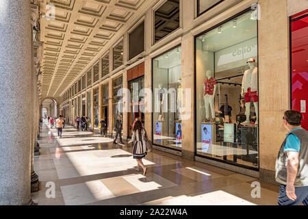Le eleganti colonnati portici di Via Roma un elegante strada ricca di negozi di lusso a Torino , Italia