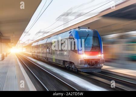 Ferrovia viaggio treno passeggeri con motion blur effetto, concetto industriale, turismo Foto Stock