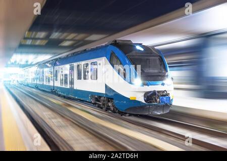 Ferrovia viaggio treno passeggeri con motion blur effetto notte, concetto industriale, turismo Foto Stock