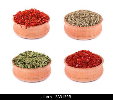 La raccolta di erbe e spezie in ciotole di legno isolato su sfondo bianco Foto Stock