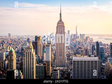 L'Empire State Building torreggia su Manhattan a New York City, Stati Uniti d'America.
