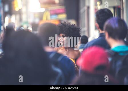 Giovane bella ragazza camminare in Time Square, Manhattan. Concetti di stile di vita circa New york Foto Stock