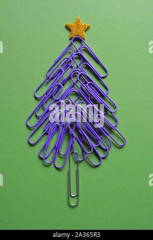 Natale vibes, ufficio scarabocchi. Albero di Natale fatto di forma da viola graffette, con una stella d'oro