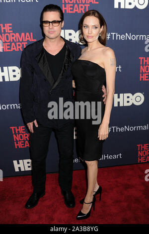 """(FILE) Angelina Jolie parla Brad Pitt divorzio: """"Ho sentito una profonda e autentica tristezza"""". MANHATTAN, NEW YORK, NEW YORK, Stati Uniti d'America - 12 Maggio: attori Brad Pitt (indossando Greg Lauren) e Angelina Jolie Pitt (indossando Saint Laurent abbigliamento e calzature) arrivano a New York Premiere di HBO 'Il cuore normale"""" tenutasi presso il Teatro Ziegfeld il 12 maggio 2014 a Manhattan, New York New York, Stati Uniti. ( Credito: Image Press Agency/Alamy Live News"""