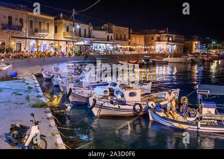 Guardando attraverso il porto nel piccolo villaggio di pescatori di Ayios Nikolaos su una notte d'estate. Nella parte esterna di Mani, sud del Peloponneso, della Grecia. Foto Stock