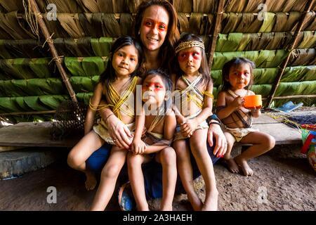 Ecuador, Tena, immersione esperienza di vita con la Waoranis del Rio Nushino, tradizionale baita in rami e foglie di palmo