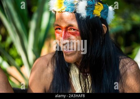 Ecuador, Tena, immersione esperienza di vita con la Waoranis del Rio Nushino, ritratto di donna