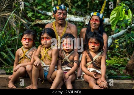 Ecuador, Tena, immersione esperienza di vita con la Waoranis del Rio Nushino, ritratto di gruppo