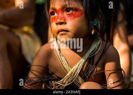 Ecuador, Tena, immersione esperienza di vita con la Waoranis del Rio Nushino, ragazza giovane