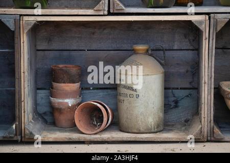 Vaso in gres e terracotta vasi per piante in una gabbia in legno espositore della RHS Malvern Autunno Mostra, Worcestershire, Regno Unito Foto Stock
