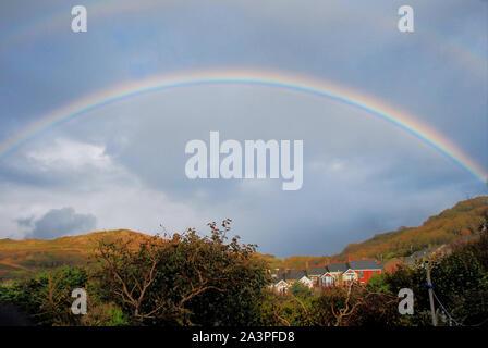 Portland. Il 9 ottobre 2019. Regno Unito Meteo. Un arcobaleno tra doccia sopra l'isola di Portland, Dorset. Credito: Alamy Live News Foto Stock