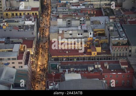 Av 5 de Mayo, vista dalla Torre Latinamerica, Centro Historico (centro storico), Città del Messico. Principale via pedonale di strada solo in serata. Foto Stock