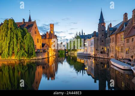 Bruges skyline con vecchi edifici al crepuscolo in Bruges, Belgio.