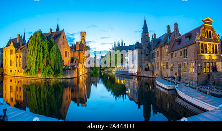 Bruges skyline con vecchi edifici di notte a Bruges, Belgio.