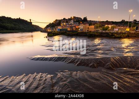 Ampia vista del Ponte sospeso di Clifton che copre la Avon Gorge a Bristol, Inghilterra, Regno Unito