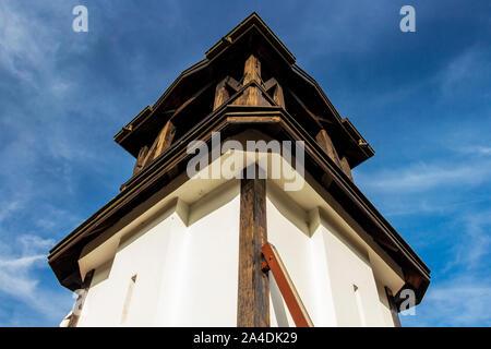 San Petka chiesa ortodossa orientale torre campanaria in Tsari Mali Grad fortezza, il villaggio di Belchin, Bulgaria, a basso angolo di vista parziale