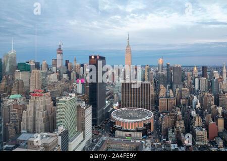 NEW YORK CITY, NY - Ottobre 5, 2019: vista aerea del Madison Square Garden a Manhattan, New York City, NY, STATI UNITI D'AMERICA, guardando ad ovest. Foto Stock