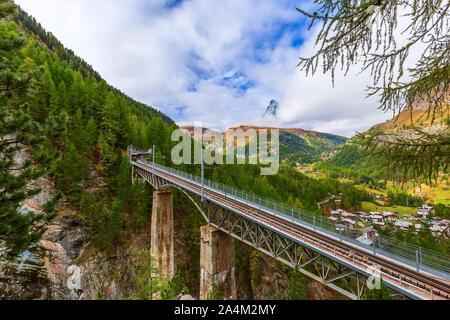 Zermatt, Svizzera. Gornergrat red treno turistico sul ponte e panorama sul Cervino nelle Alpi Svizzere Foto Stock