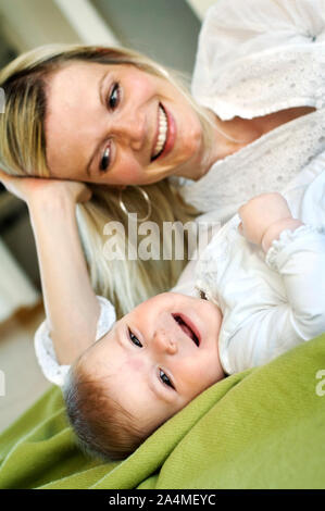 La madre e il bambino a casa Foto Stock