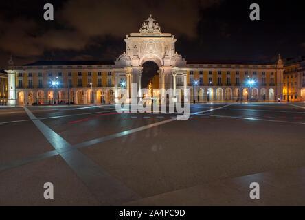 Scena notturna con Praca do Comercio di Lisbona