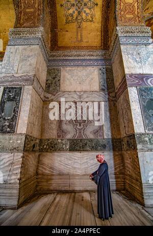 Donna in abito islamico nel Museo Hagia Sophia, Ayasofya Müzesi, Istanbul, Turchia. Foto Stock