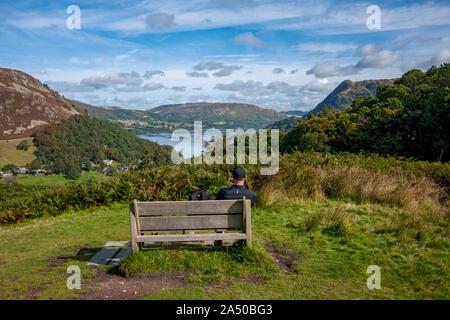Uomo che guarda verso Ullswater e Gowbarrow è sceso dal Birkhouse Moor Parco Nazionale del Distretto dei Laghi Cumbria Inghilterra England Regno Unito Regno Unito GB Gran Bretagna Foto Stock