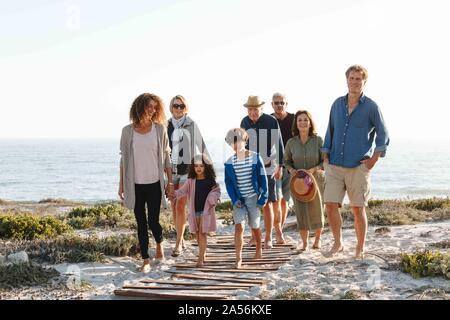 Famiglia di otto tenendo a piedi sulla spiaggia