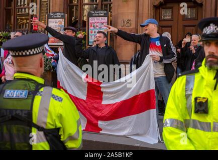 Londra, Regno Unito. Xix oct, 2019. I popoli votazione Anti Brexit Marzo Westminster Londra Inghilterra 19 Ott 2019 Pro Brixit sostenitori gridare a anti Brexiters lungo Whitehall, Westminster London più di un milione di anti-Brexit pro i popoli votare gli attivisti hanno marciato attraverso il centro di Londra oggi di far sentire le loro voci contro il Primo Ministro Boris Johnsons ultima affrontare come il Parlamento sat nella sessione di sabato per la prima volta sine guerra delle Falkland nel 1982. Fotografia: Brian Harris/Alamy News Credito: BRIAN HARRIS/Alamy Live News