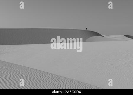 Atins, Maranhao, Brasile - 25 Maggio 2016: un uomo osserva l'abbagliante Lencois Maranhenses National Park dalla sommità delle dune Foto Stock