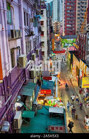 Vista in elevazione di bancarelle su Gage street illuminata al crepuscolo. Central, Hong Kong, Cina. Foto Stock