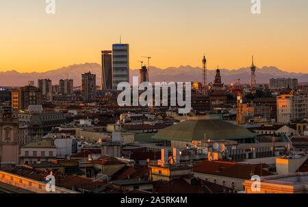 Milano, Italia: skyline della città al tramonto. Vista panoramica della città di Milano con i nuovi grattacieli di CityLife distretto. Alpi italiane in background.