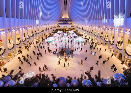 L'occhio interno con decorazioni di Natale in inverno. Westfield World Trade Center, Manhattan, il Quartiere Finanziario di New York City, NY, STATI UNITI D'AMERICA Foto Stock