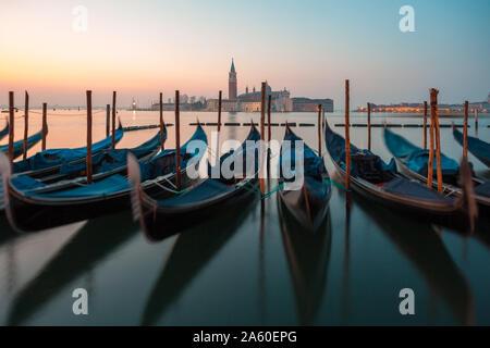 Sunrise a Venezia le gondole e isola di San Giorgio vista da piazza San Marco. Il viaggio.