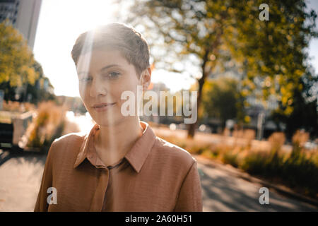 Ritratto di donna fiducioso in controluce Foto Stock