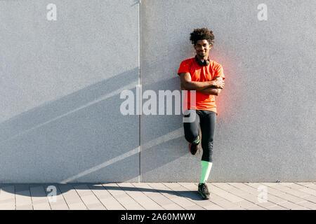 Giovane uomo jogging in città, l'ascolto di musica