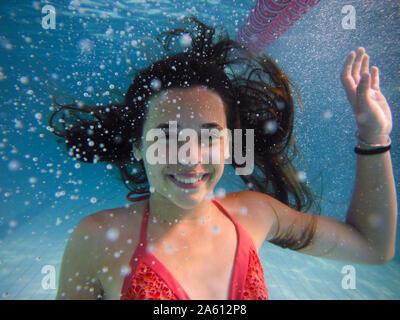 Underwater ritratto di una ragazza sorridente Foto Stock