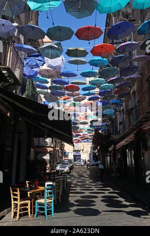 Il ombrelloni colorati dell'Ombrello Sky Progetto in Via Gisira e via Pardo, Catania, Sicly, Italia,