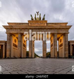 Bella vista sulla Porta di Brandeburgo, Berlino, Germania, al tramonto in un momento di tranquillità