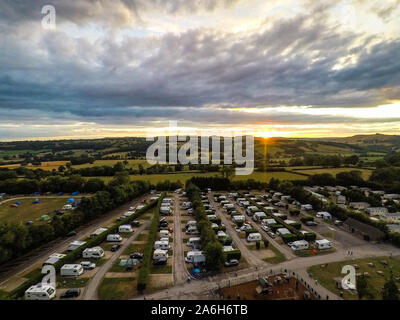 Una foto aerea di Ashbourne all'alba e tramonto in un campeggio nel Derbyshire Peak District National Park, con splendide viste e tempo per la famiglia Foto Stock