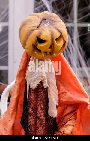 Testa di zucca spaventapasseri decorare home esterno nella stagione di Halloween