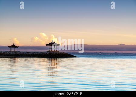 Sunrise a Pantai karang spiaggia di Sanur in Bali Indonesia