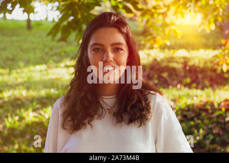 Giovane donna sorridente in natura Foto Stock
