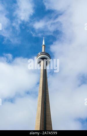 Toronto, Ontario, Canada - 21 ottobre 2019: vista Giorno della CN Tower in un giorno nuvoloso nel centro cittadino di Toronto. Un punto di riferimento e di attrazione turistica.