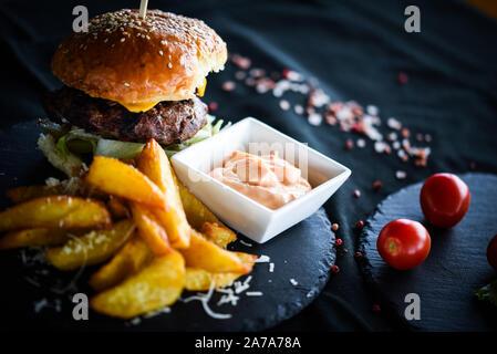 hamburger fatti in casa con deliziose patatine fritte e salsa piccante maionese Foto Stock
