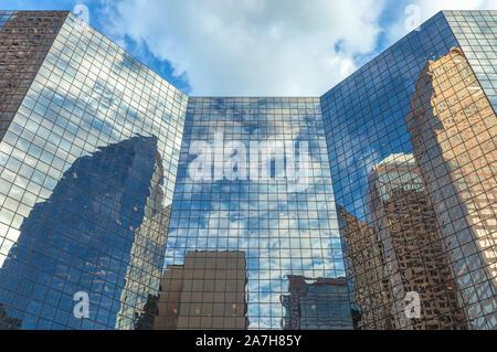 Riflessi di città alta sorge sull'esterno dell'edificio finestre di vetro nel centro di Calgary, Alberta, Canada. Foto Stock