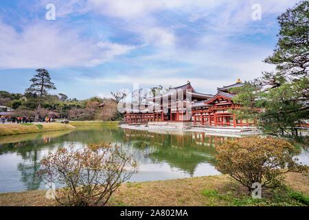 Uji, Giappone - Marzo. 23, 2019: Bella Byodoin temple in primavera con acqua di lago di riflessione, primavera immagine viaggio a Uji, Kyoto, Giappone. Foto Stock