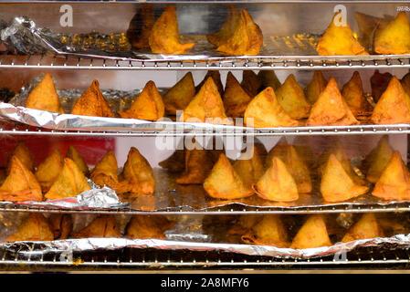 Indian Street Food Samosa in forno a Wyndham Diwali Festival indiano, Melbourne, Victoria, Australia