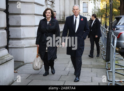 Londra, Regno Unito. Decimo Nov, 2019. Ex primo ministro Tony Blair e la moglie Cherie arrivano a Downing Street sulla strada per il Ricordo domenica cerimonia presso il cenotafio in Whitehall. Ricordo Domenica, Londra, il 10 novembre 2019. Credito: Paolo Marriott/Alamy Live News