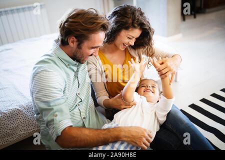 La famiglia felice avente tempi di divertimento a casa